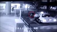 Hình ảnh bóng đen như một người phụ nữ xõa tóc dài đi theo hành khách đứng đợi taxi