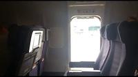 Cửa thoát hiểm trên máy bay sau khi một nữ hành khách mở ra và nhảy xuống dưới