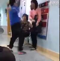Bé trai đá mẹ vì không được chơi điện thoại khiến nhiều người bất bình
