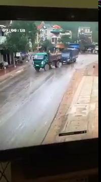 Xe tải suýt gây tai nạn khi chạy nhanh trên đường ướt mưa