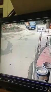 Xe tải suýt bị tàu hoả chẹt vì cố vượt đường sắt