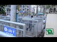 Vượt rào chắn vỉa hè kiểu zích zắc như mê cung trước Bệnh viện Chợ Rẫy