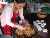 Làm món mắm ong ở Cà Mau.