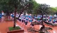 800 học sinh tiểu học nhảy Cha cha cha đều tăm tắp trên sân trường