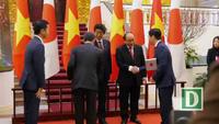 Hai Thủ tướng chủ trì họp báo sau khi chứng kiến lễ trao văn kiện hợp tác