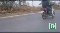 """Hà Nội: Hãi hùng cảnh """"quái xế"""" lái xe máy bằng... dây trên đường"""