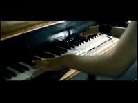 Myleene Klass trổ tài chơi Piano
