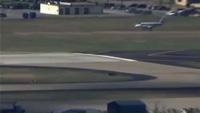 Gặp sự cố, máy bay Mỹ hạ cánh bằng mũi ngoạn mục