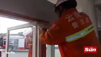 Video quá trình giải cứu bé gái 13 tuổi kẹt đầu giữa 2 cửa kính