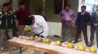 Dùng đầu đập vỡ 43 trái dừa trong 1 phút