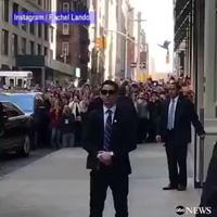"""Ông Obama xuất hiện làm """"náo loạn"""" đường phố New York"""