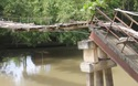 Học sinh thấp thỏm khi qua cây cầu sắp sập