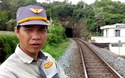 Học sinh Nha Trang chui hầm tàu hỏa, băng đường sắt đến trường
