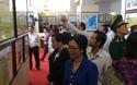 Đông đảo người dân, sĩ quan, sinh viên đến xem triển lãm Hoàng Sa, Trường Sa của Việt Nam.