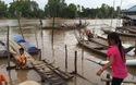 Mỗi ngày hàng trăm em học sinh Việt Kiều liều mình qua sông Khánh An thế này