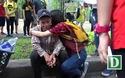 Những cái ôm thân tình trên đường phố Sài Gòn