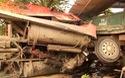 """Xe đầu kéo """"mang"""" xe tải đâm sập nhà dân, chủ nhà thoát chết trong gang tấc"""