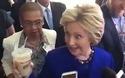 Bà Clinton có biểu hiện lạ khi tới thăm một cửa hàng bánh tại Washington hồi tháng 6/2016
