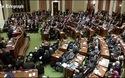 Mỹ: Thống đốc bang ngã quỵ khi đang phát biểu