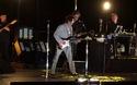 """Bob Dylan chơi ghita trong phần trình diễn nhạc phẩm """"Simple Twist of Fate"""" tại Las Vegas đêm 13/10 vừa qua"""