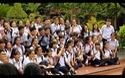 """Hồ Đắc Thanh Chương trong """"vòng vây"""" chụp ảnh của bạn bè ở Quốc Học Huế"""