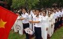 Ông Võ Văn Thưởng đánh trống ở lễ khai giảng trường THPT chuyên Quốc Học Huế