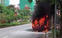 Xe buýt bốc cháy dữ dội, hành khách hoảng loạn tháo chạy (Clip: Vũ Lê)