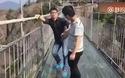 Phản ứng hoảng sợ của nhiều người khi đi qua cây cầu bằng kính bắc qua vách núi