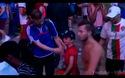 Hình ảnh đẹp khi một cậu bé người Bồ Đào Nha an ủi một cổ động viên Pháp đau buồn sau trận chung kết Euro 2016