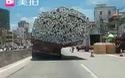 Choáng với chiếc xe chở hàng quá tải nguy hiểm trên đường