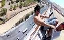 Chàng trai liều mạng tập thể dục trên lan can tòa nhà cao tầng