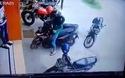 Cô gái cực kỳ kiên nhẫn khi dắt xe máy