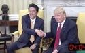 """Cái bắt tay """"lạ"""" giữa Tổng thống Mỹ Donald Trump và Thủ tướng Nhật Bản Shizo Abe"""