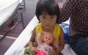 Bố mẹ mất vì tai nạn giao thông, bỏ lại bé gái 5 tuổi bơ vơ nằm viện