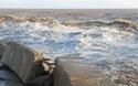 Cận cảnh sóng lớn ập vào kè Gành Hào.