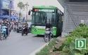 Xe máy ồ ạt tạt đầu buýt BRT, leo dải phân cách để sang đường