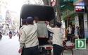 Lực lượng chức năng cẩu ô tô đỗ sai quy định, giải phóng vỉa hè cho người đi bộ