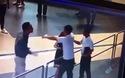 Khách nam đánh liên tiếp vào đầu nữ nhân viên ở sân bay Nội Bài