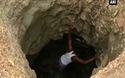 Người đàn ông một mình đào giếng để có nước uống cho vợ