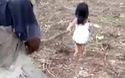 Bé gái 5 tuổi dắt cha mù đi làm mỗi ngày
