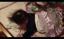 Clip vui: Em bé cố mãi mà không dậy nổi