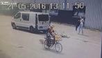Cô gái ngã nhào vì lao vào đuôi xe tải