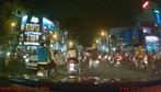Người đàn ông dừng xe máy giữa đường khiêu chiến tài xế ôtô