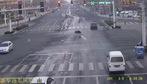 Người qua đường bỏ mặc nạn nhân bị xe đâm