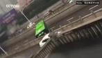 Xe buýt quay đầu bảo vệ hành khách trước nước ngập