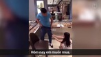 Nằng nặc đòi mua đồng hồ Gucci, cô gái trẻ kéo tụt quần bạn trai ngay giữa cửa hàng