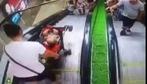 Chỉ vì một phút bất cẩn của mẹ, em bé ngồi trên xe đẩy lao thẳng xuống chân thang cuốn