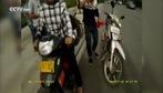 Bị cảnh sát giao thông tóm, thanh niên Trung Quốc tức tối dùng búa đập luôn xe máy