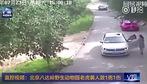 Khoảnh khắc kinh hoàng: Cô gái Trung Quốc bị hổ vồ lôi đi khi vừa ra khỏi xe ô tô