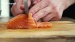 Ngắm đầu bếp làm món Sushi cá hồi ngon đến phát thèm